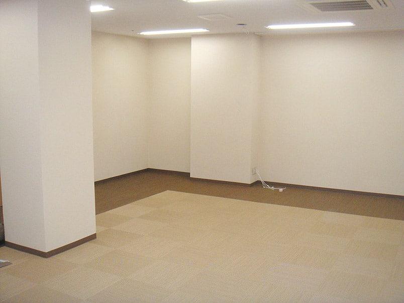 画像加工「オフィスの室内」修正後の見違えるように明るくなった画像
