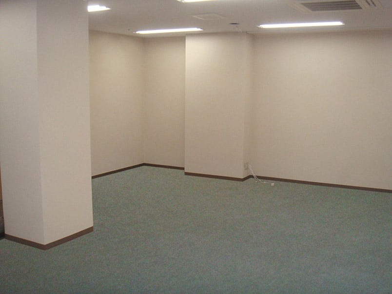 画像加工「オフィスの室内」修正前の暗い感じ